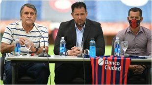 Dabove, acompañado por Tocalli y Romagnoli, en la conferencia de...