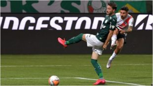 Montiel dispara con la derecha ante el Palmeiras en la jugada que le...