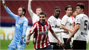 Correa festeja su gol al Valencia, el tercero del Atlético de Madrid.