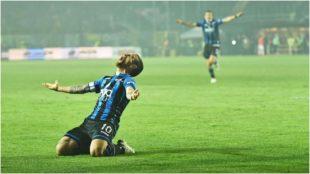 Alejandro Gómez festeja un gol con el Atalanta.