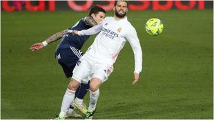 Nacho disputa una pelota durante el Real Madrid-Celta.