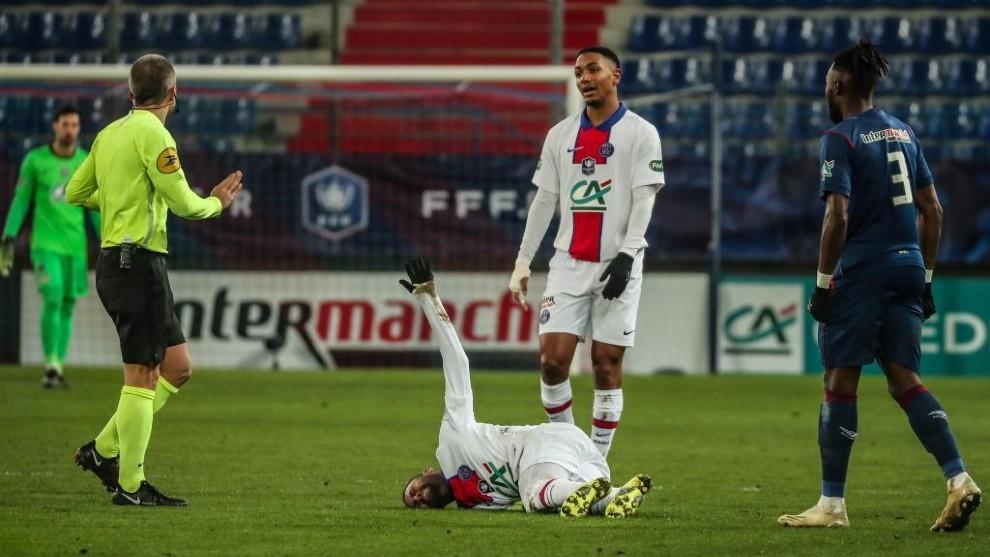 Neymar se lamenta en el campo.