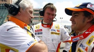 Pat Symonds y Alonso dialogan en una carrera.