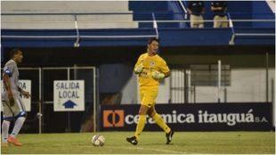 Nelson Bernal, durante un momento del partido con el 12 de Octubre.