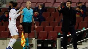 Pochettino da instrucciones durante un partido del PSG.