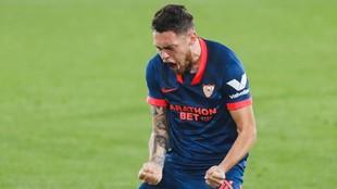 Lucas Ocampos celebra un gol con el Sevilla.