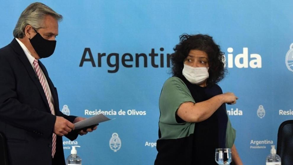Alberto Fernández, presidente de Argentina, junto a Carla Vizzotti,...