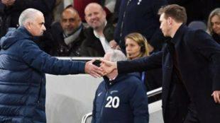 Mourinho saluda a Nagelsmann durante un partido.