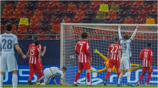 Giroud, en el suelo, sale a gritar su golazo de chilena.