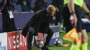 Zidane recoge un balón durante el partido ante la Atalanta.