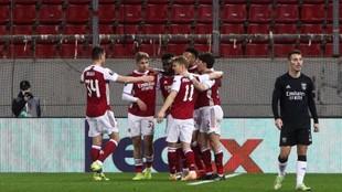 Aubameyang celebra su gol con sus compañeros.