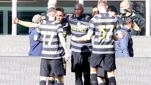 Lukaku celebra con sus compañeros el primer gol.