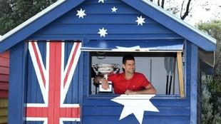 Djokovic posa con su título de Open de Australia.