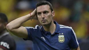 Scaloni, pensativo durante un partido de Argentina