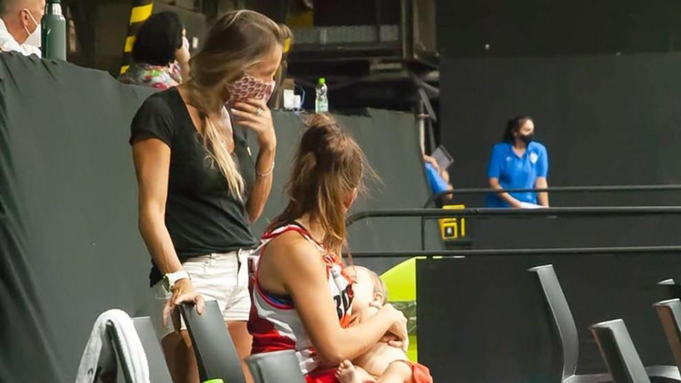 Antonella González da de mamar a su hija en el descanso del partido.