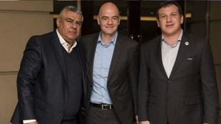 Claudio Tapia, presidente de AFA, junto al titular de FIFA, Gianni...