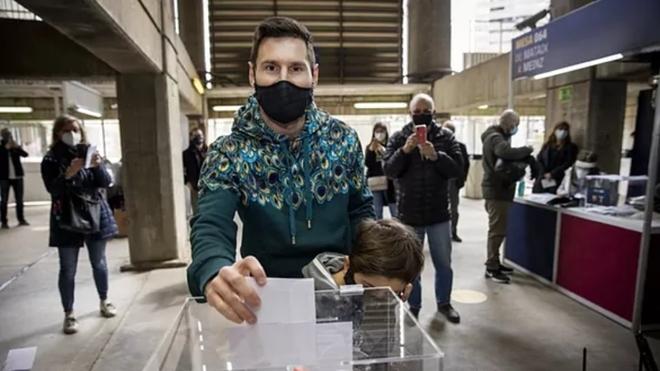 Leo Messi junto a su hijo Thiago en las elecciones presidenciales del...
