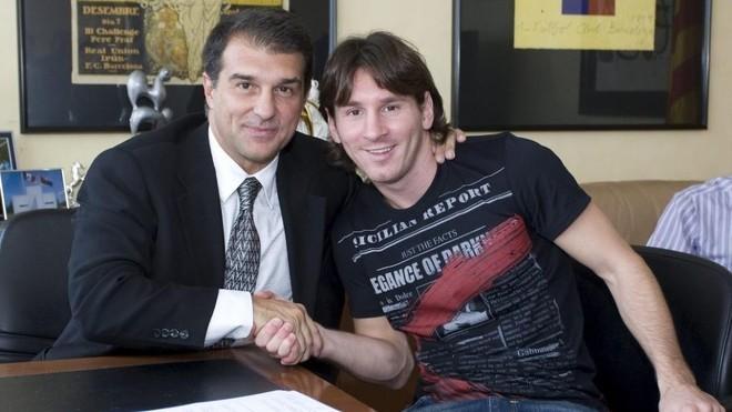 Laporta estrecha la mano de Messi en una de las renovaciones del...