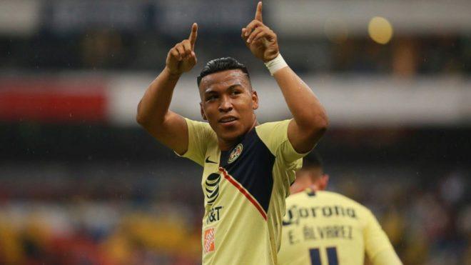 Martínez festeja un gol con el América de México.