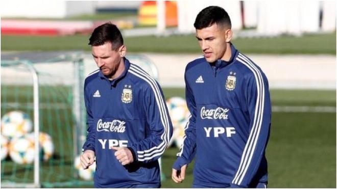 Messi y Paredes, en un entrenamiento con la selección argentina.