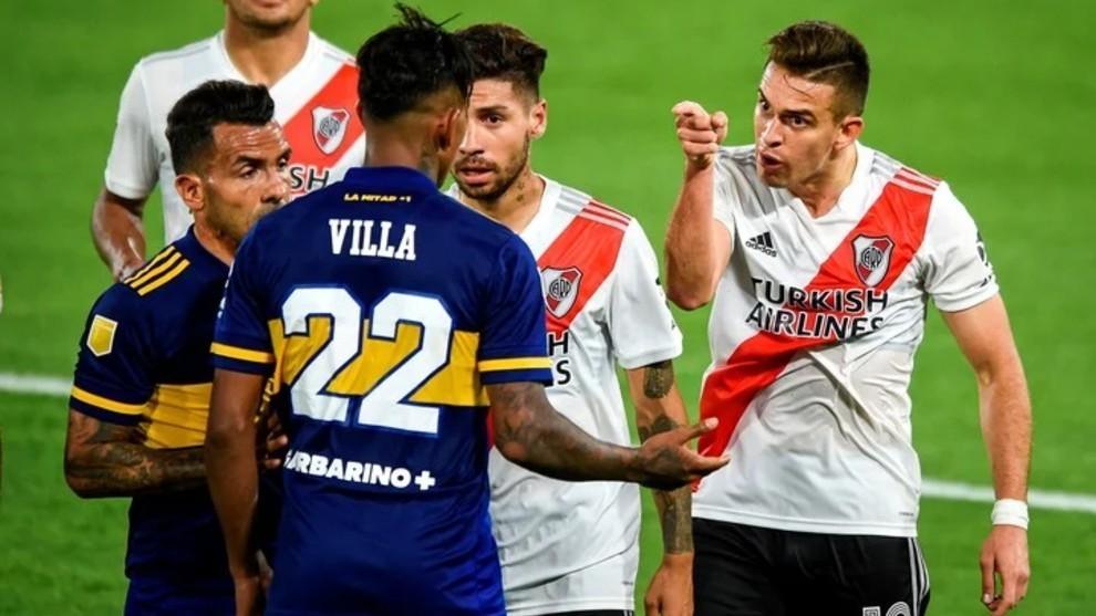 Villa y Borré discuten durante un Superclásico.