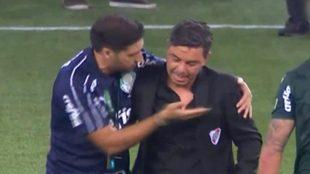 Ferreira abraza a Gallardo tras el triunfo de River ante Palmeiras.