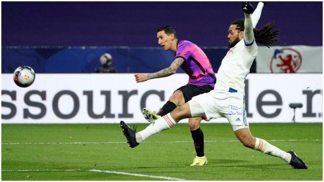 Di María remata con la derecha ante un jugador del Lyon.