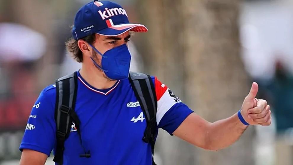 Fernando Alonso, en el paddock del circuito de Sakhir.Alpine F1.