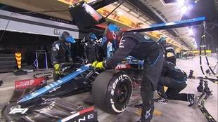 Momento en el que Fernando Alonso se retira por problemas en los...
