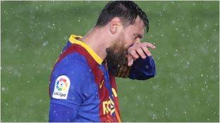 Messi se toca la cara durante un momento del partido ante Real Madrid.