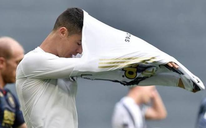 Cristiano se saca la camiseta tras el partido ante el Genoa.