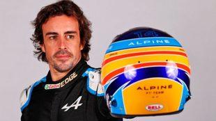 Alonso muestra el casco que lucirá arriba de su Renault en este 2021.