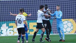 Diakhaby es consoloda por sus compañeros Gabriel Paulista y Domenech.