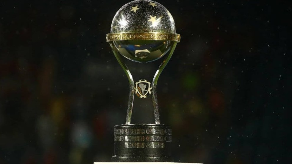 El trofeo de la Copa Sudamericana.