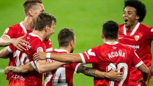 Papu Gómez y Acuña festejan uno de los goles del Sevilla.