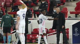 Vinícius saluda a Zidane en Anfield