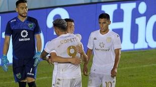 Copetti se abraza con Chancalay, tras el segundo gol.