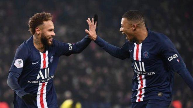 Neymar y Mbappé se saludan tras un gol del PSG.