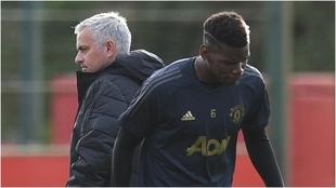 Pogba le da la espalda a Mourinho durante un entrenamiento en el...