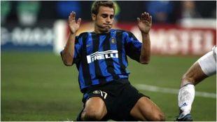 Cannavaro se tira al césped en su etapa como jugador del Inter.