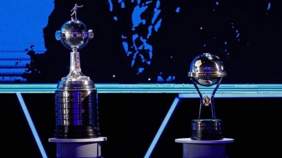 El trofeo de la Libertadores y el de la Sudamericana.