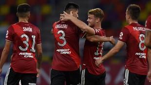 Beltrán saluda a Angileri tras su gol.
