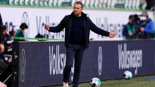 Flick gesticula en la banda ante el Wolfsburgo