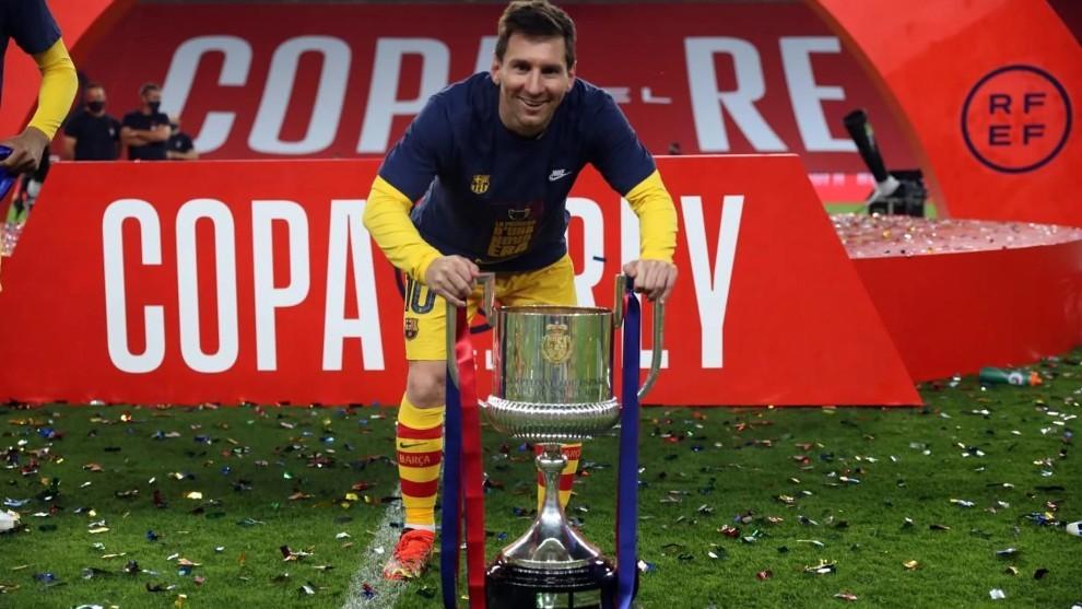 La sonrisa de Leo Messi junto al trofeo de la Copa del Rey