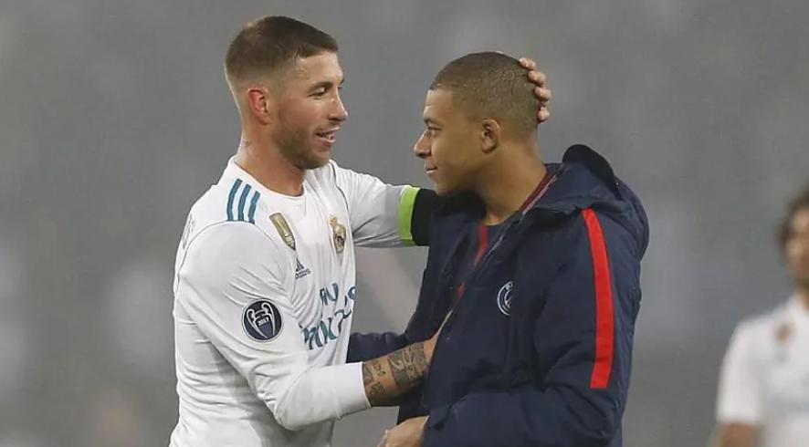 Sergio Ramos saluda a Mbappé tras un PSG vs Real Madrid