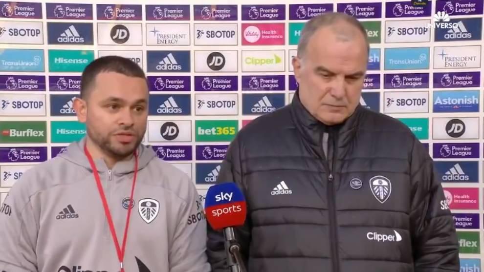 Marecelo Bielsa, junto al traductor del Leeds United