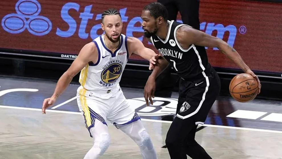 Stephen Curry defendiendo a Kevin Durant en un Warriors-Nets.