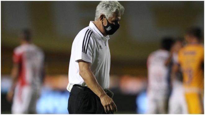 Ferretti abandona la cancha en un partido de los Tigres.