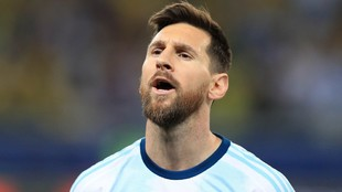 Leo Messi canta el himno.