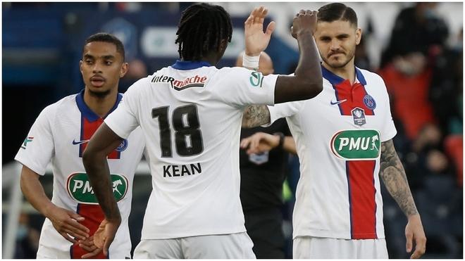Icardi es felicitado por Kean tras marcar un gol.